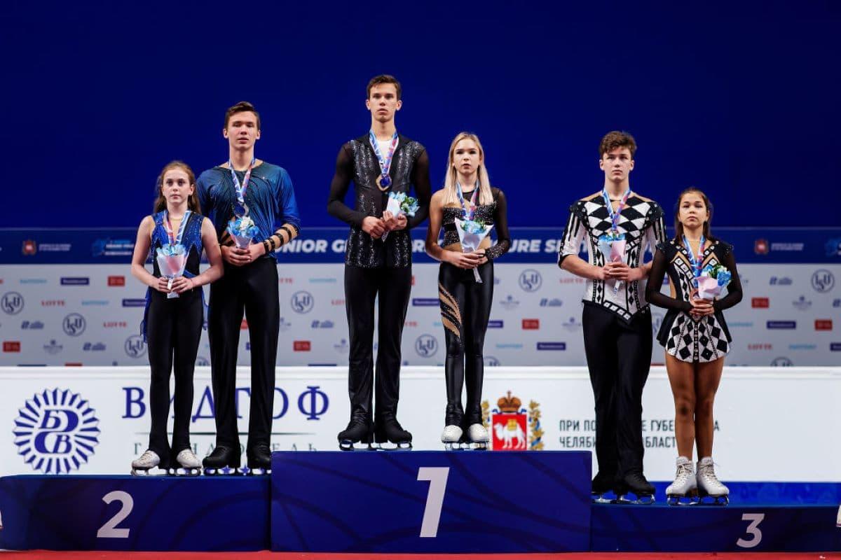Siegerehrung Eiskunstlauf Paare beim Junior Grand Prix Russland 2019 - im Bild Iuliia Artemeva - Mikhail Nazarychev und Kseniia Akhanteva - Valerii Kolesov sowie Diana Mukhametzianova - Ilya Mironov (alle Russland)