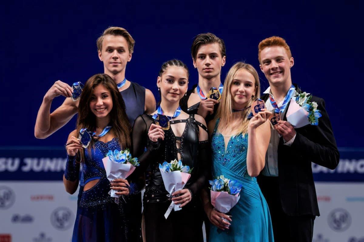 Siegerehrung Eistanz Junior Grand Prix 2019 in Russland im Bild Diana Davis - Gleb Smolkin und Elizaveta Shanaeva - Devid Naryzhnyy (beide Russland) sowie Nadiia Bashynska - Peter Beaumon aus Kanada