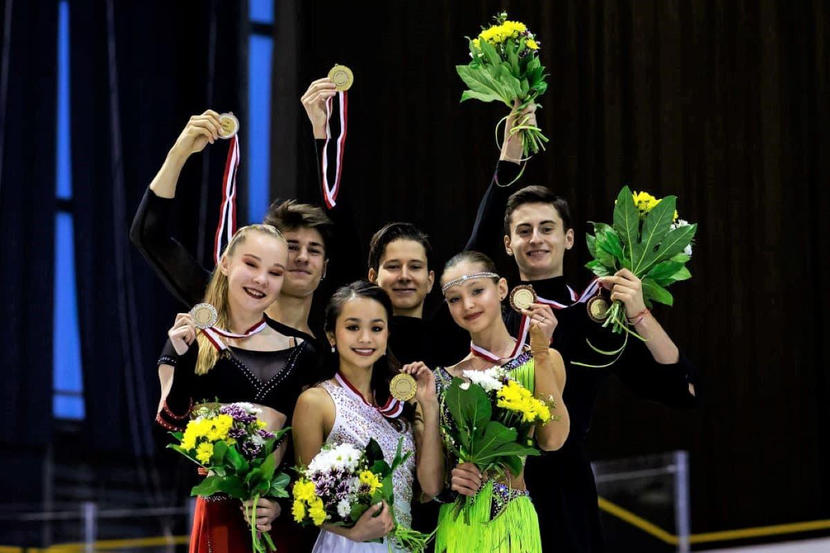 Siegerehrung Eistanz Junior Grand Prix Gdansk 2019 - hier im Bild: Loicia Demougeot - Theo le Mercier, Avonley Nguyen - Vadym Kolesnik und Ekaterina Katashinskaia - Aleksandr Vaskovich