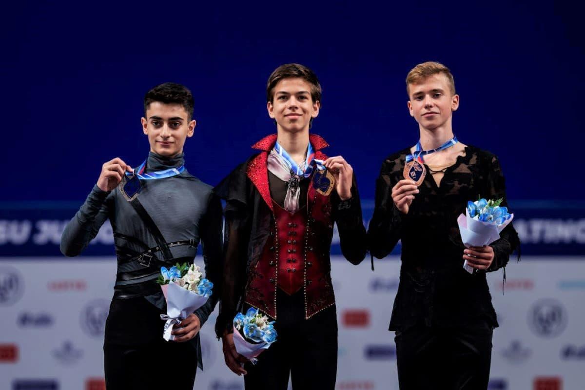 Siegerehrung Herren Eiskunstlauf Junior Grand Prix Russland 2019 - im Bild Artur Danielian, Petr Gumennik und Ilya Yablokov (alle Russland)