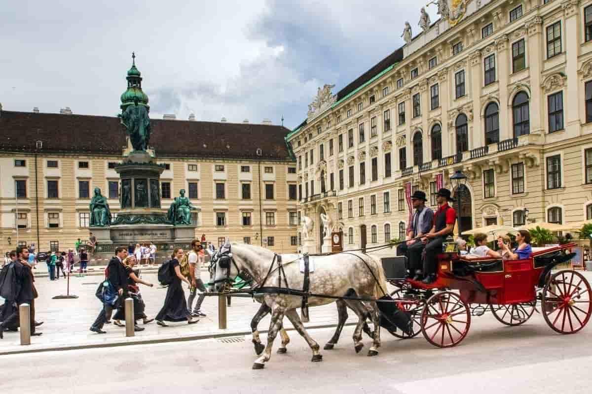 Innenstadt von Wien - die Hofburg mit Fiaker im Vordergrund