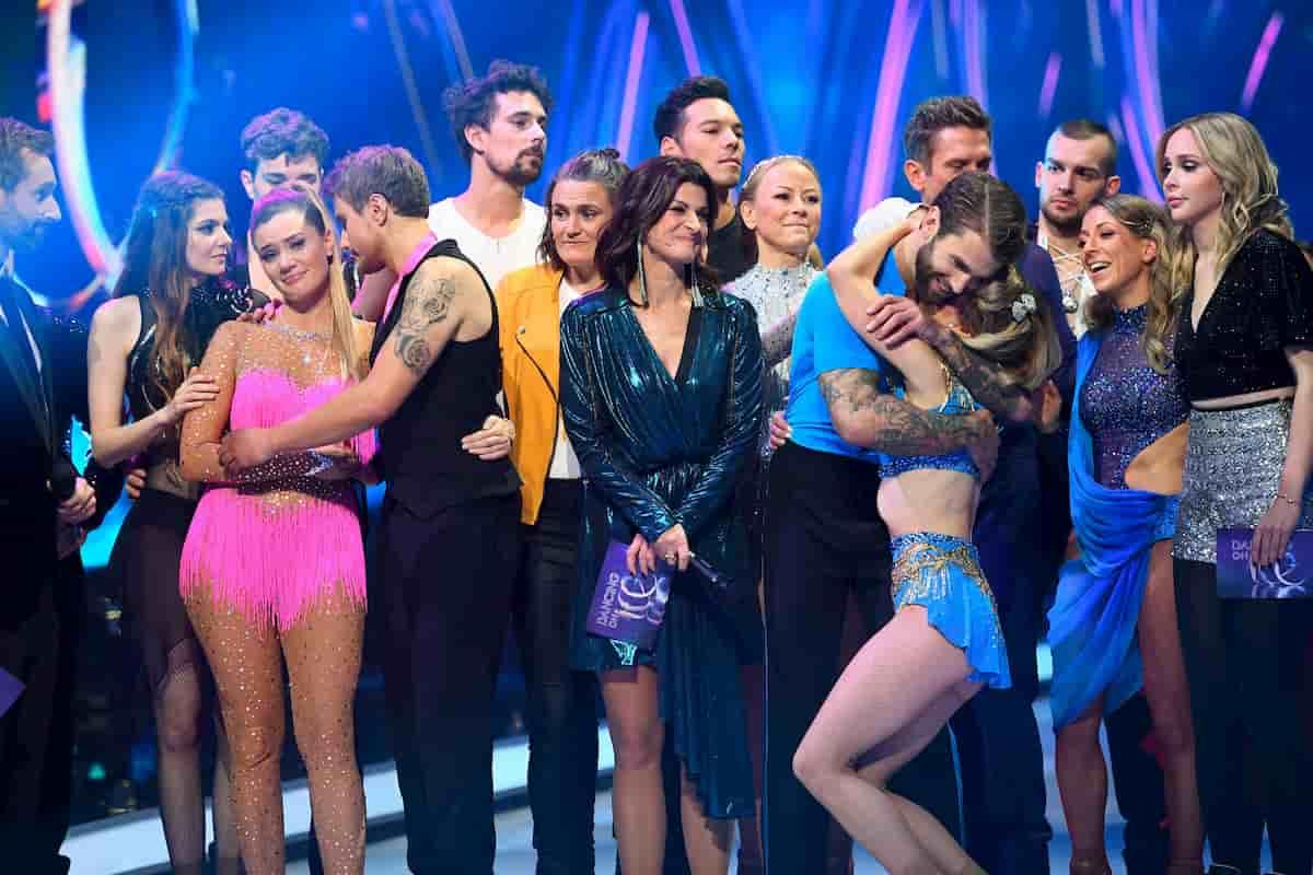 Alle Tanzpaare bei Dancing on Ice am 22.11.2019 am Ende der Sendung, in der Mitte Moderatorin Marlene Lufen