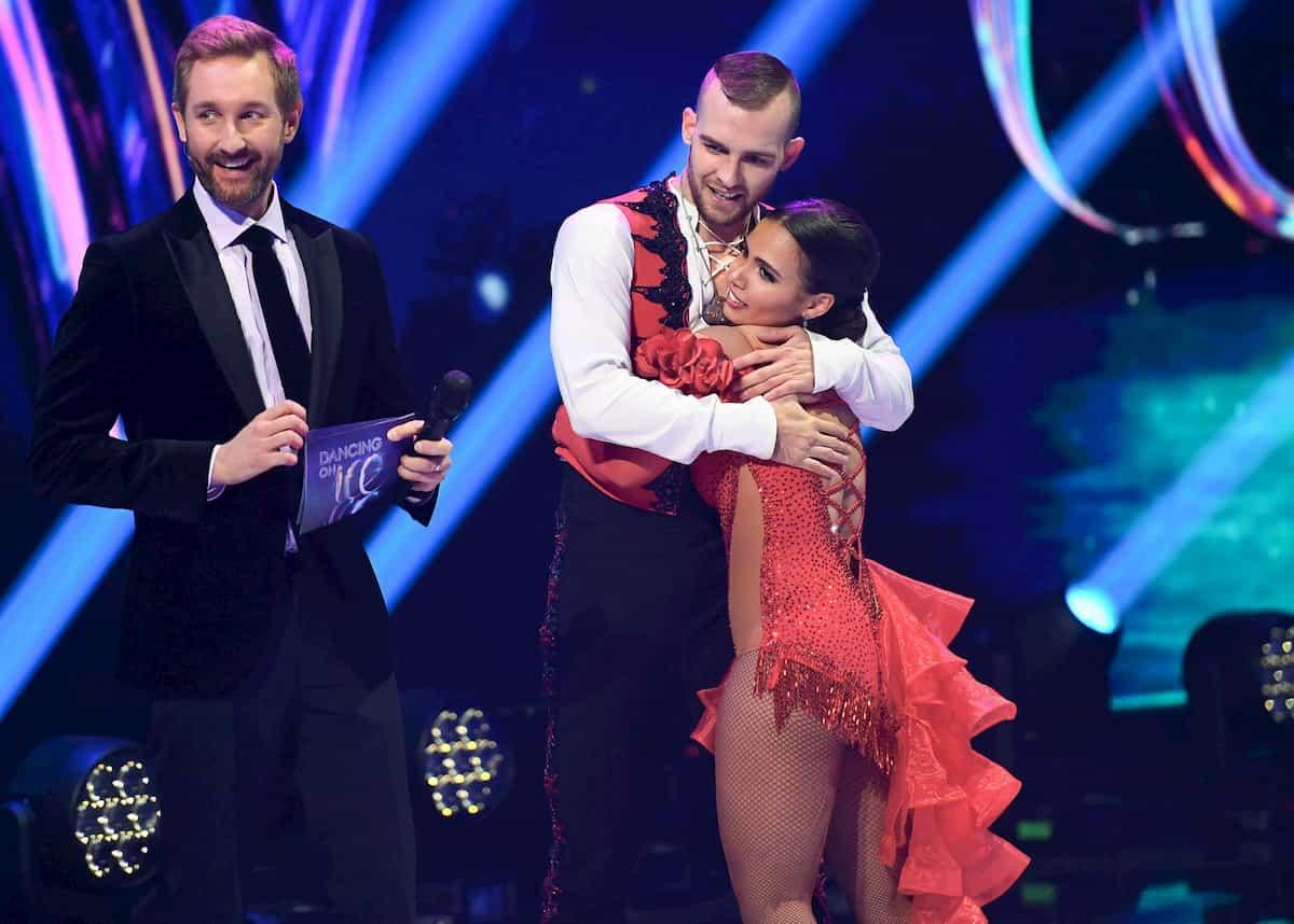 Eric Stehfest - Amani Fancy bei der Vergabe der Punkte Dancing on Ice am 22.11.2019 mit Moderator Daniel Boschmann