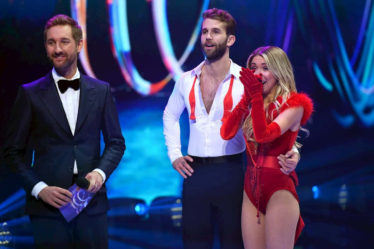 Dancing on Ice am 6.12.2019 - Andre Hamann - Stina Martini mit Moderator Daniel Boschmann