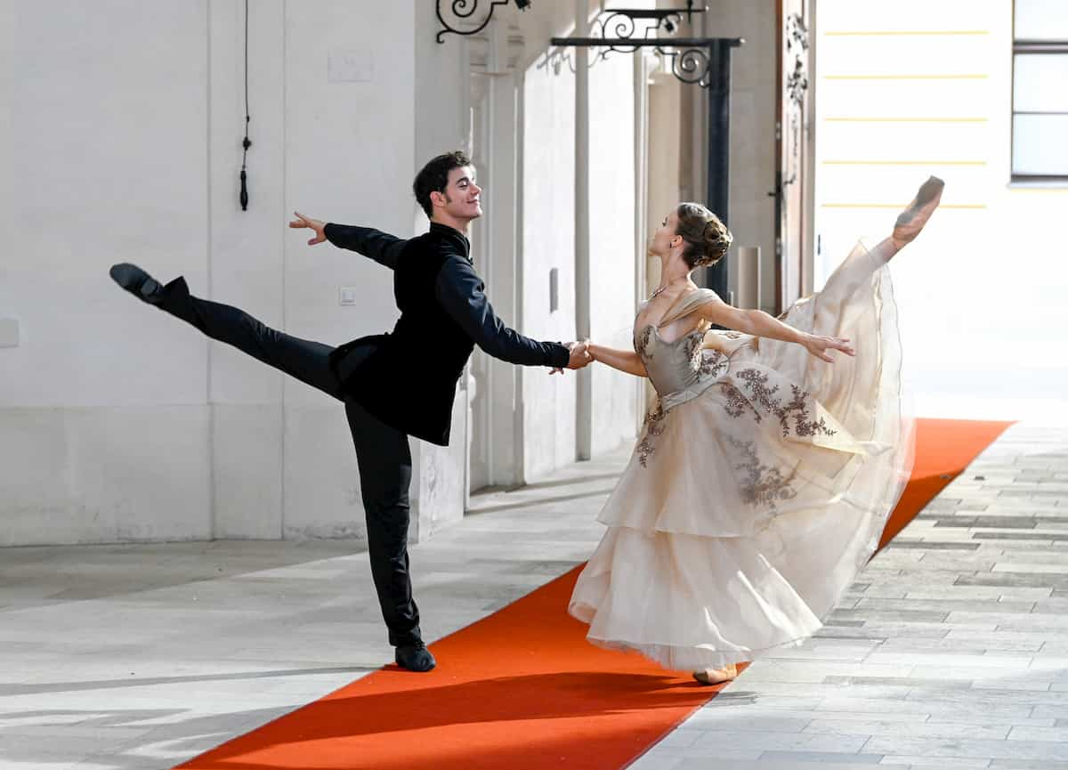 Davide Dato und Nina Tonoli als Tänzer beim Ballett zum Neujahrskonzert 2020 der Wiener Philharmoniker