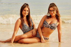 Bachelor 2020 Kandidatinnen - Fotos im Bikini oder Badeanzug - hier im Bild die Zwillinge Isabelle im Badeanzug und Laureen im Bikini