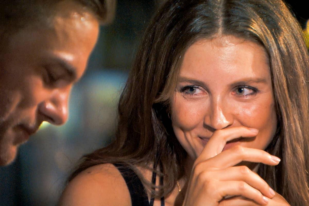 Bachelor 2020 am 12.2.2020 - 4 Kandidatinnen sind ausgeschieden - hier Sebastian und Wioleta im Gespräch