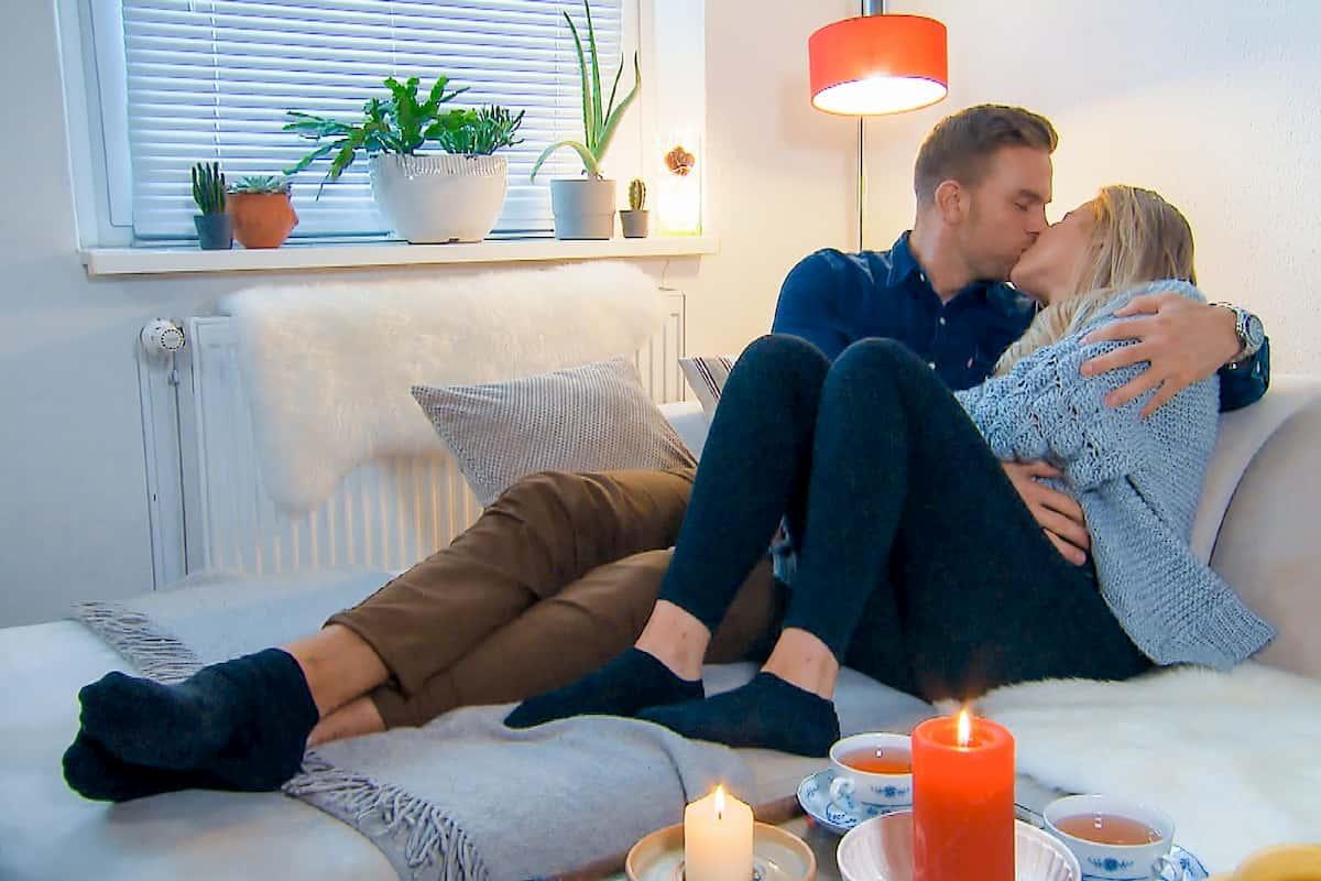 Leah und Sebastian küssen sich beim Home-Date Bachelor am 19.2.2020