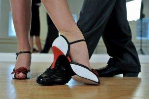 Tanzschuhe dürfen nicht allzu hoch sein und müssen dem Fuß guten Halt bieten. Maximal vier bis zehn Zentimeter Absatz sind sicher