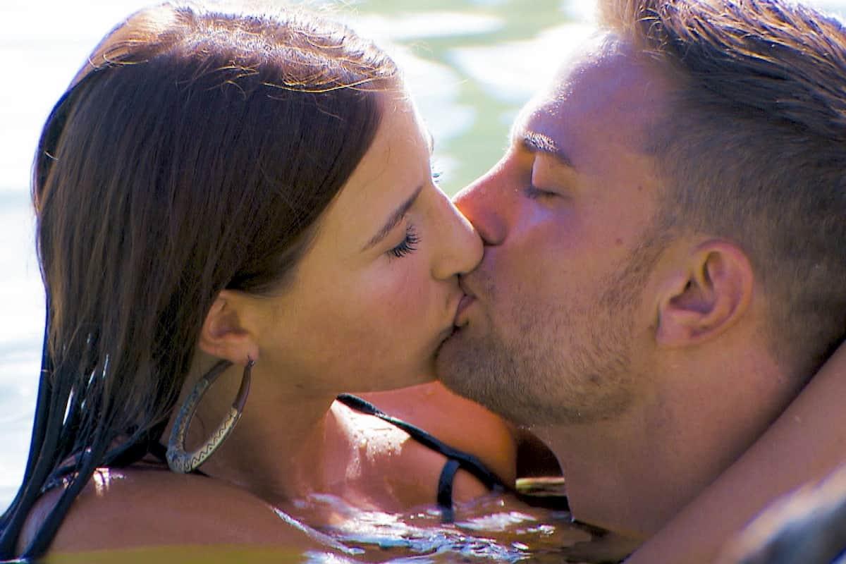 Natali und Sebastian küssen sich beim Bachelor am 12.2.2020