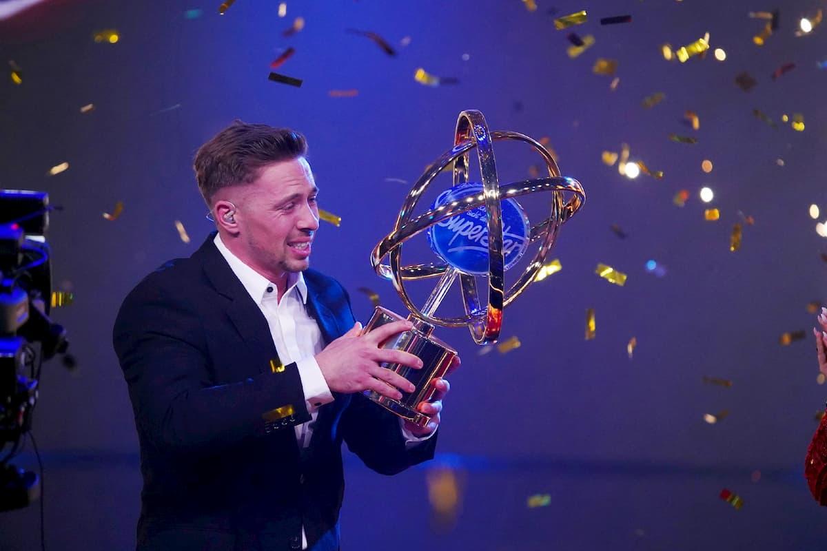 Ramon Roselly gerührt mit Sieger-Pokal im Finale DSDS 2020