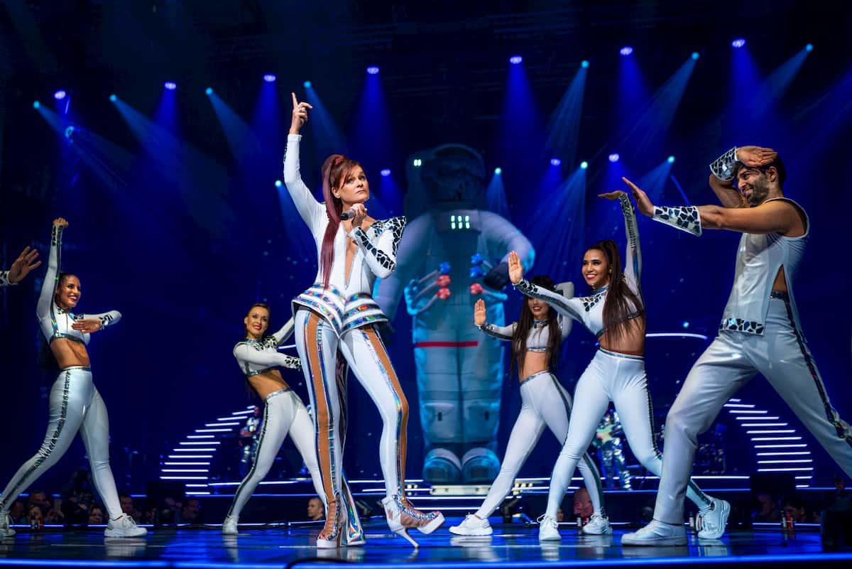 Andrea Berg mit Tänzerinnen bei der Mosaik-Tour 2020