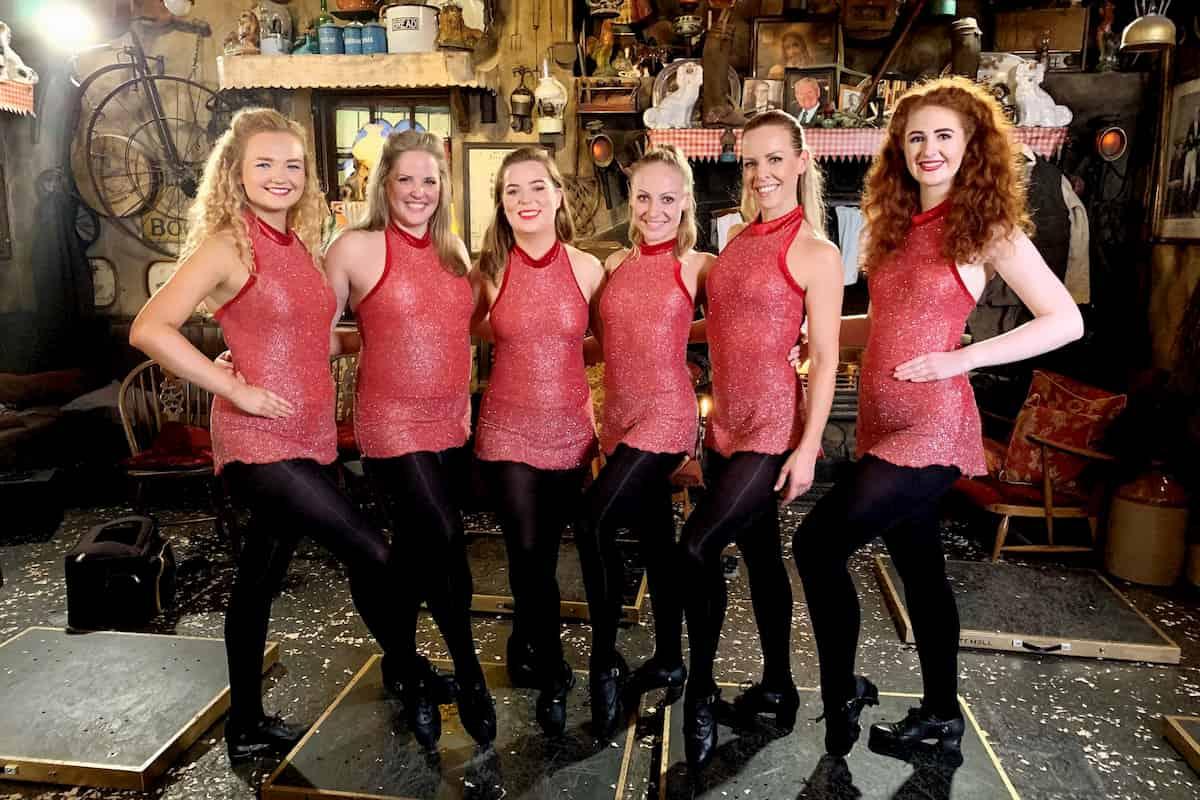 Marta Arndt und Isabel Edvardsson mit einer Gruppe von Tänzerinnen in Irland - Llambis Tanzduell am 24.5.2020