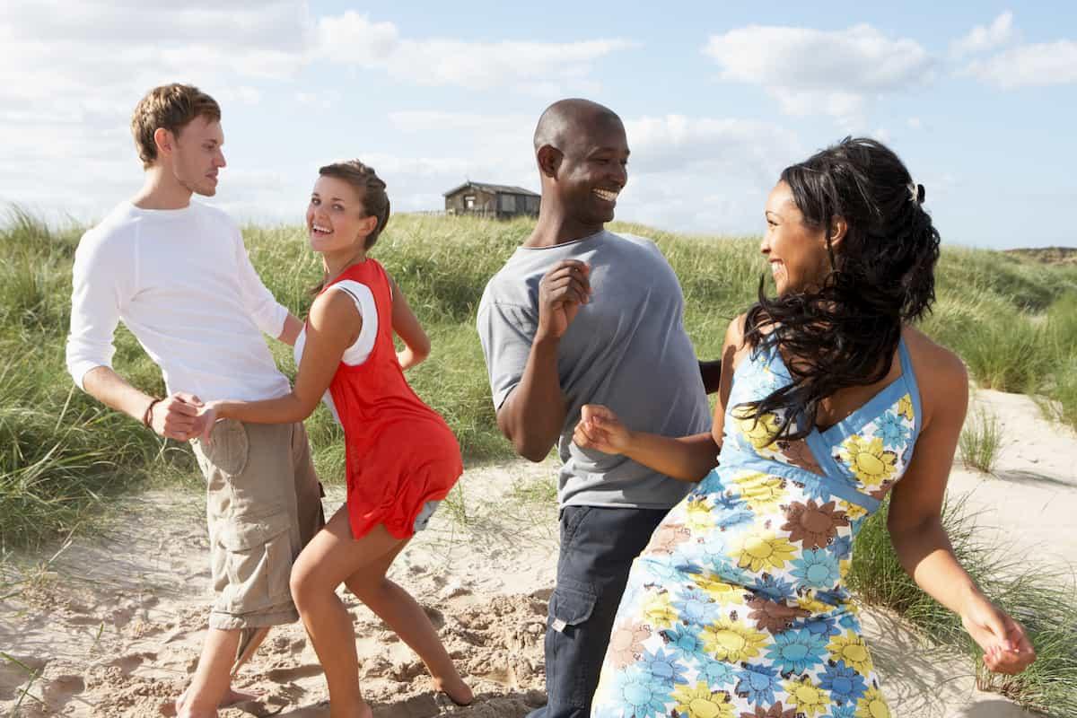 Salsa-Musik zum tanzen lernen - Salsa-Paare beim Tanzen