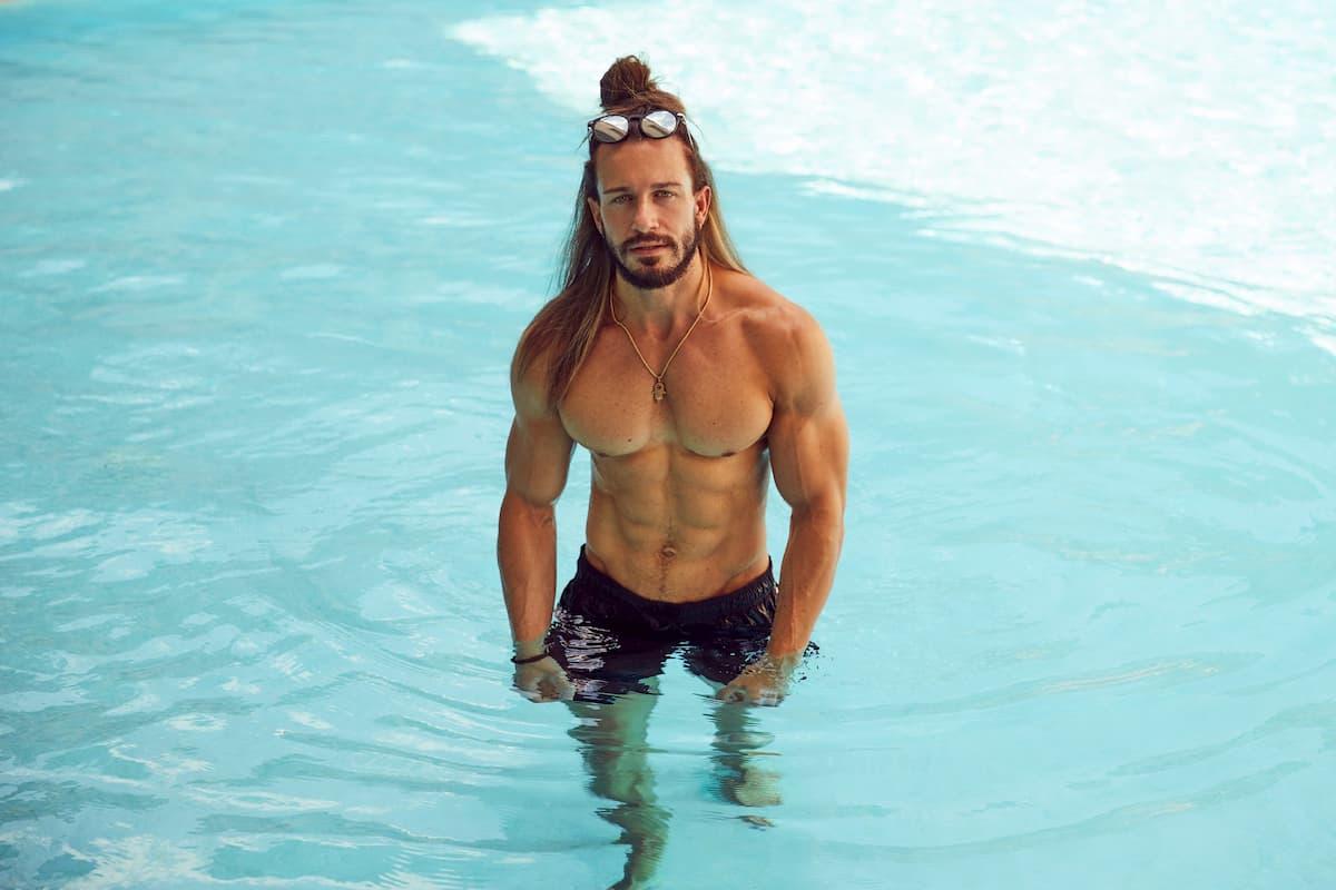 Alex Gerard von der Bachelorette 2020 im Pool