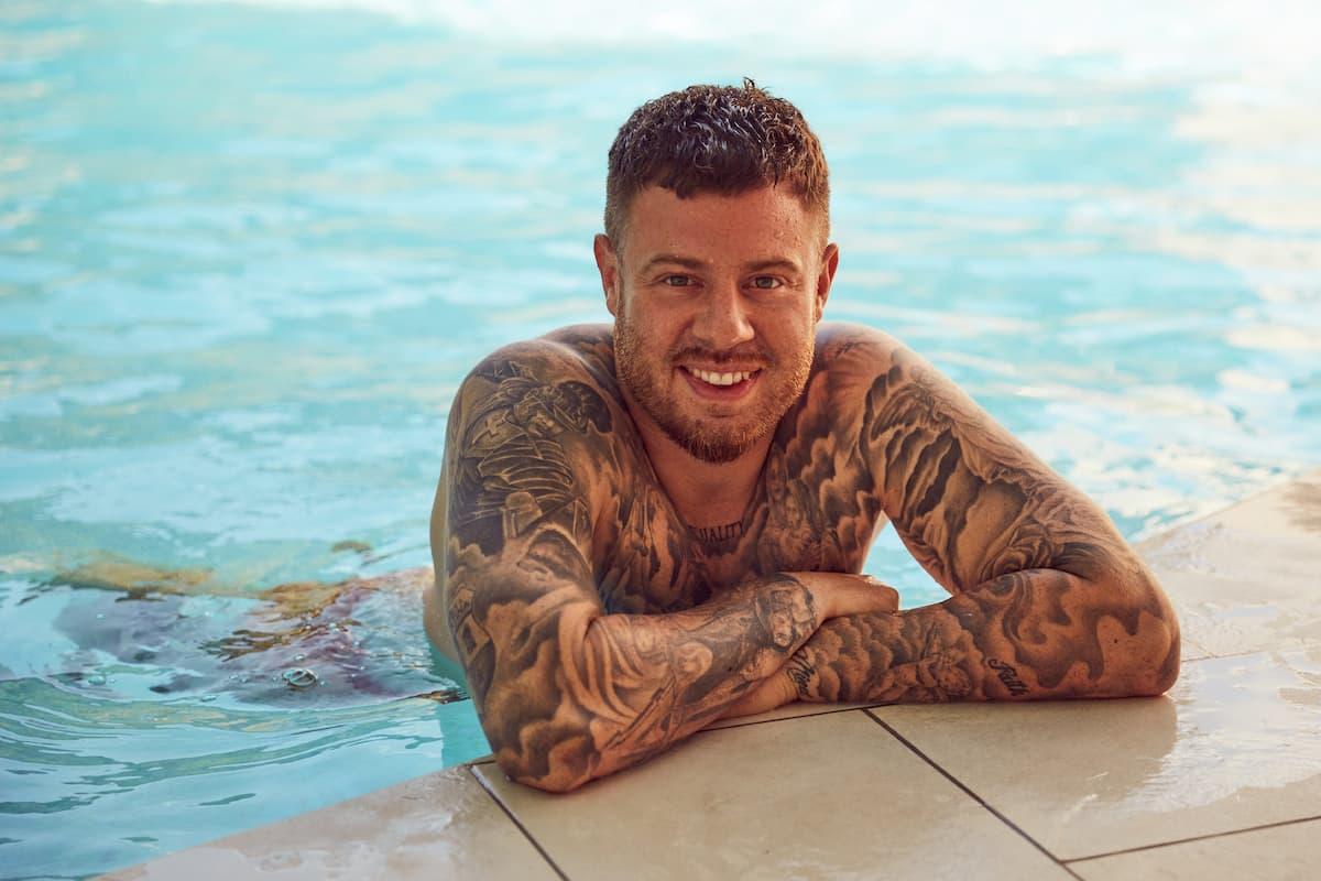 Angelo von der Bachelorette 2020 im Pool