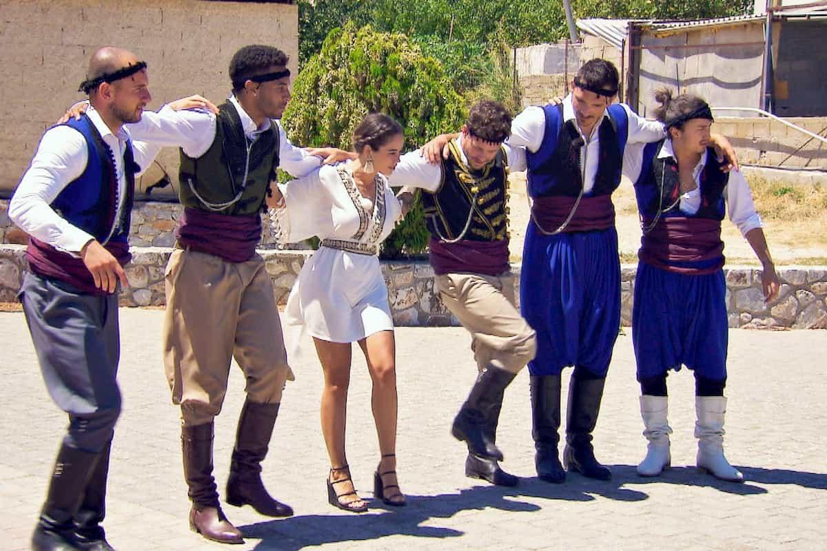 Bachelorette am 21.10.2020 Folge 2, erste Dates und Sirtaki - hier im Bild beim tanzen Daniel G., Manuel, Melissa, Christian, Maurice und Emre