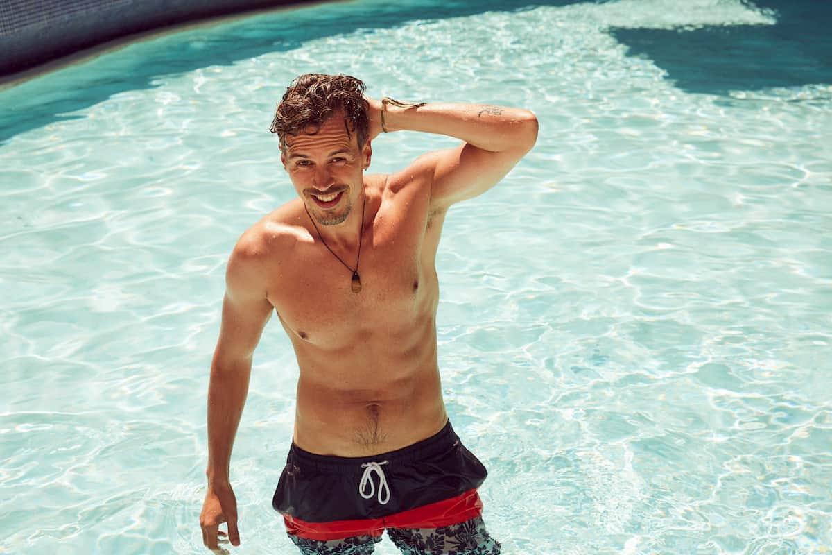 Daniel B von der Bachelorette 2020 im Pool