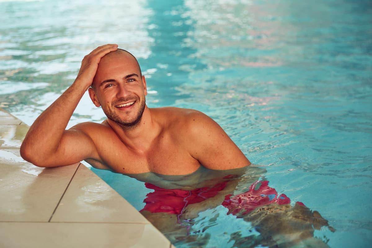 Daniel G von der Bachelorette 2020 im Pool