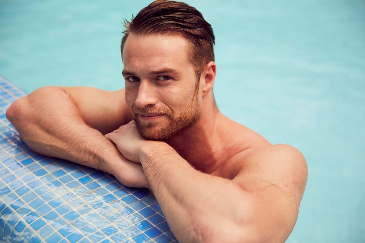 Florian von der Bachelorette 2020 im Pool