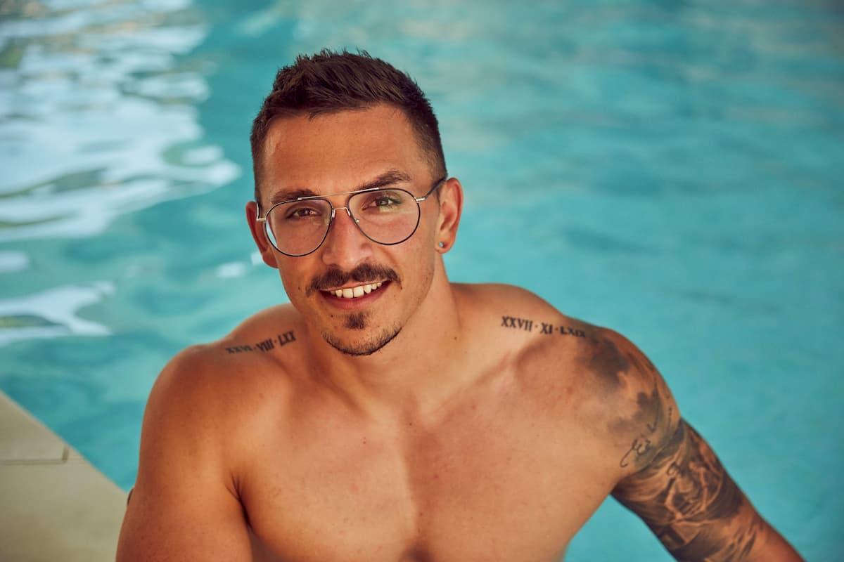 Maurice von der Bachelorette 2020 am Pool