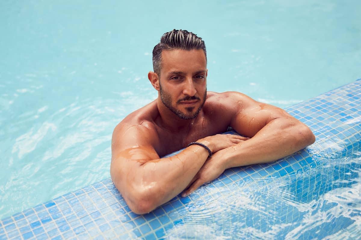 Saverio von der Bachelorette 2020 im Pool