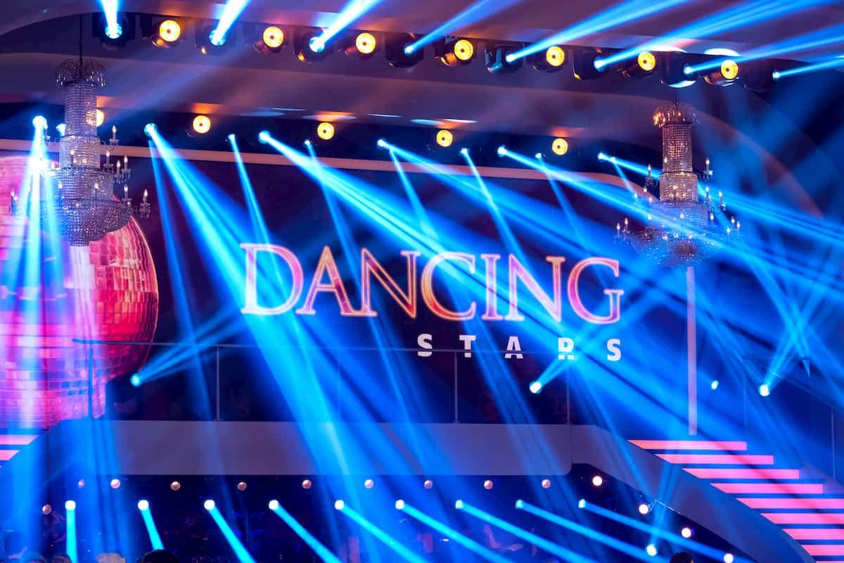 Dancing Stars am 6.11.2020 Fakten Tänze, Songs - zu sehen ist die Show-Treppe im Saal der Dancing Stars im ORF