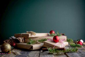 Schlager-Weihnachts-CDs 2020 - auf dem Bild zu sehen sind eingepackte Weihnachtsgeschenke
