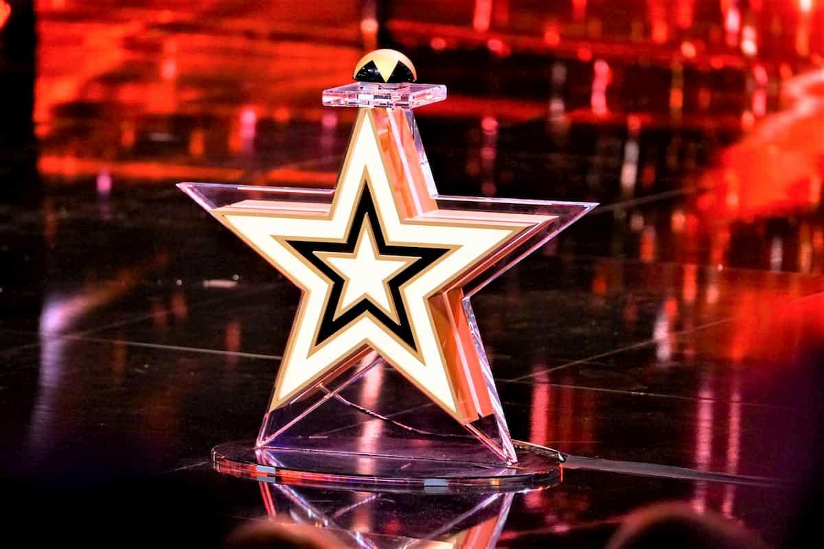 Supertalent 2020 Statistik Einschaltquoten, Anzahl der Zuschauer, Goldene Buzzer - im Bild der Goldene Buzzer von der Supertaelnt-Bühne, der gedrückt wird, wenn ein Kandidat direkt ins Finale geschickt wird