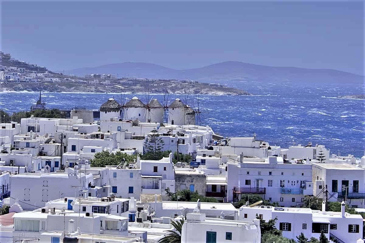 Auslands-Recall DSDS 2021 auf Mykonos (Griechenland) - hier im Bild zu sehen die Küste von Mykonos mit den berühmten Windmühlen