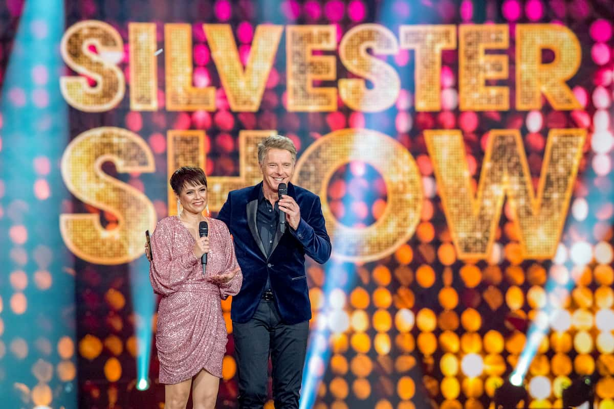 Gäste am 31.12.2020 in der Silvester-Show mit Jörg Pilawa in ARD & ORF 2 - hier im Bild Francine Jordi und Jörg Pilawa