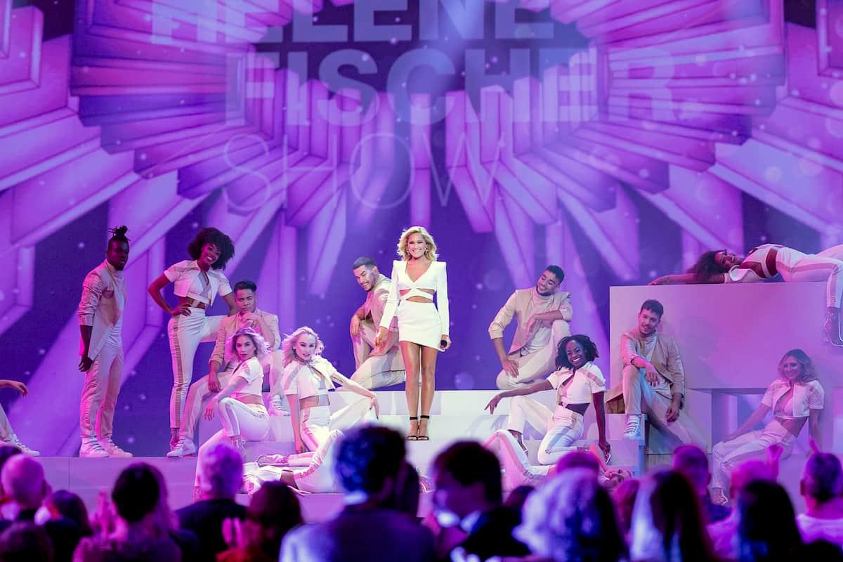 Helene Fischer mit ihren Tänzerinnen und Tänzern in der Weihnachts-Show von Helene Fischer 2020