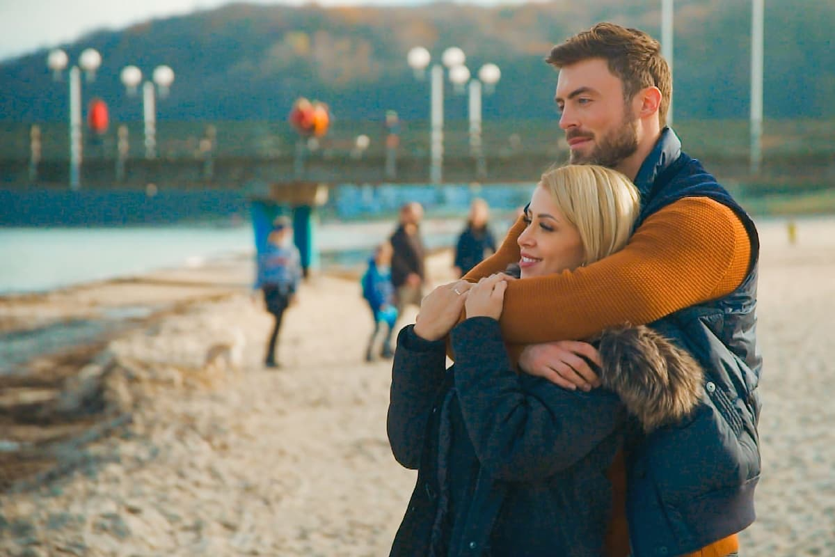 Denise und Niko romantisch am Strand beim Bachelor am 3.2.2021
