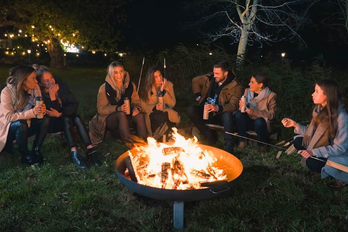 Lagerfeuer beim Bachelor am 3.2.2021 mit Karina, Mimi, Laura, Michele, Niko, Anna und Esther