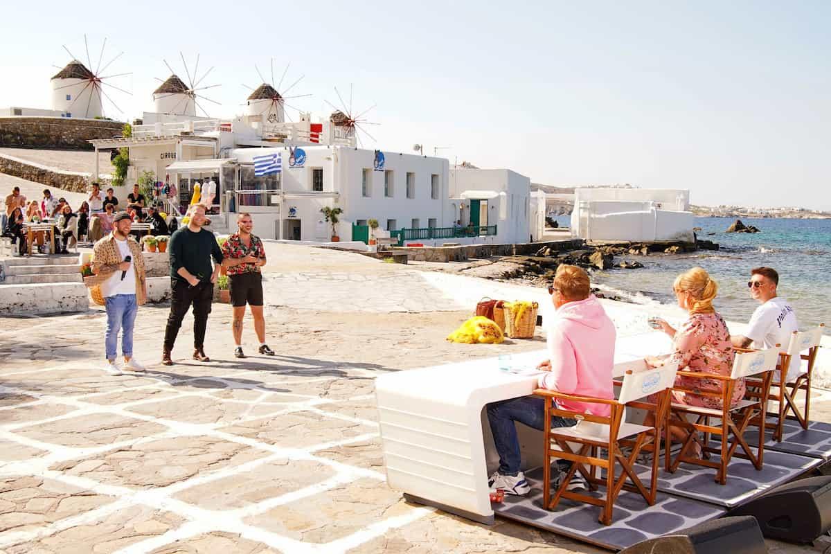 DSDS 13.3.2021 drei Kandidaten scheiden aus, Songs, Gruppen, Fotos - hier im Bild eine Gruppe beim Vorsingen und die Jury auf Mykonos vor den berühmten Windmühlen