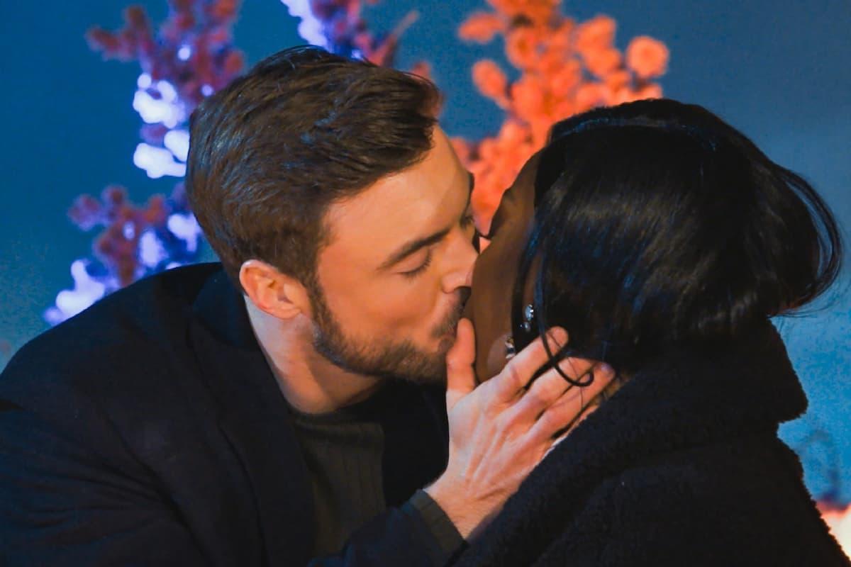 Linda und Niko küssen sich beim Bachelor am 3.3.2021