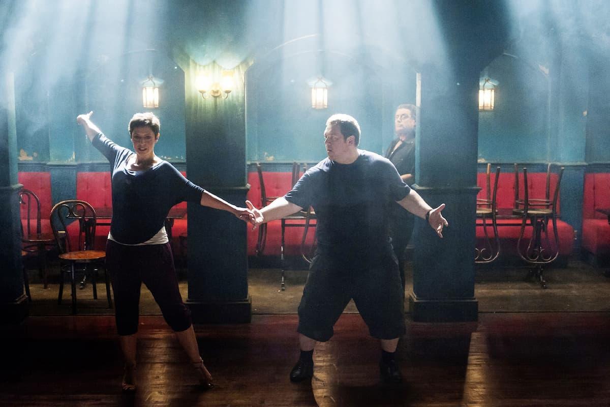 Bruce mit seiner Tanzlehrerin beim Salsa-Training - hier im Bild Sam (Olivia Colman) und Bruce (Nick Frost)