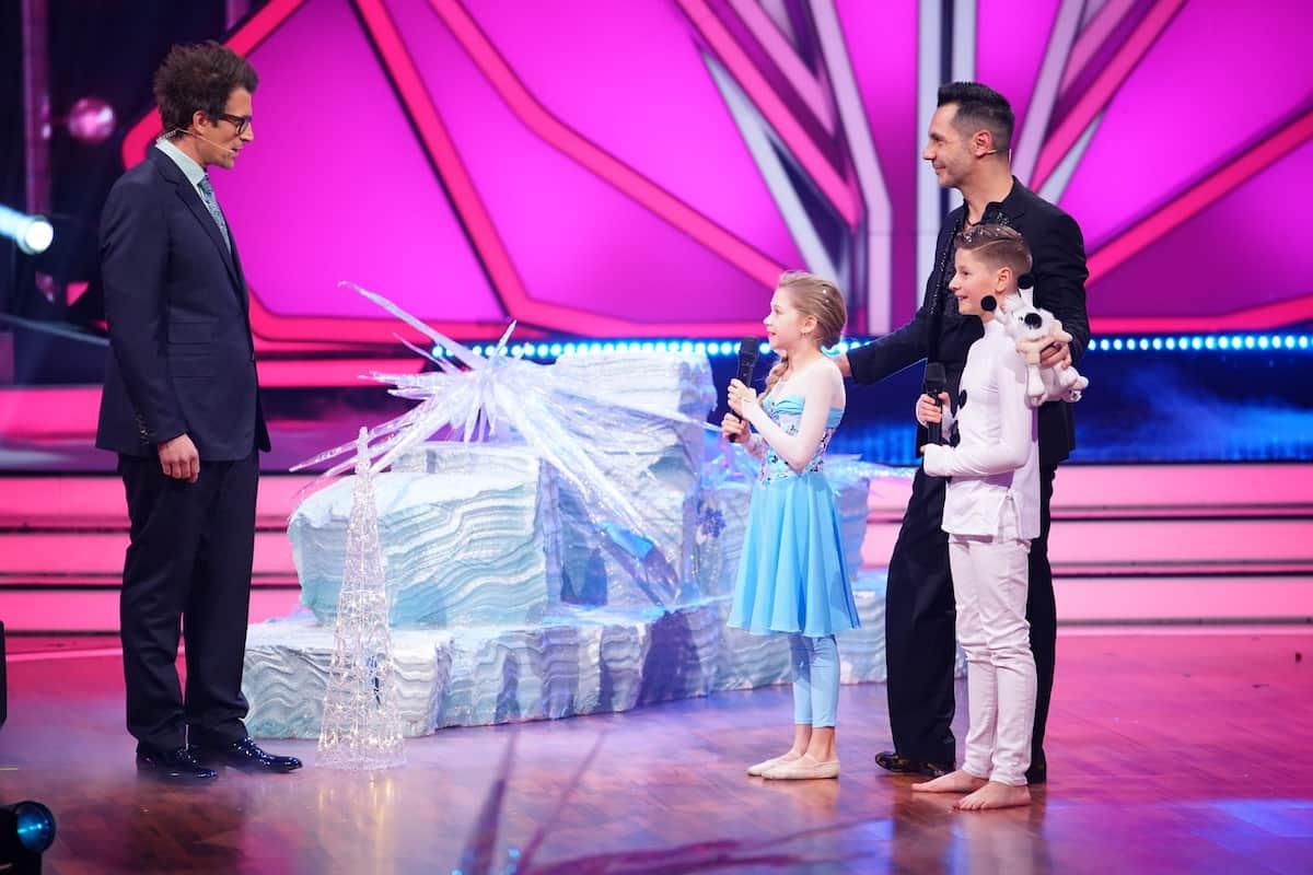 Finale Let's dance Kids 2021 Jona Szewczenko und Tizio mit Trainer Roberto Albenese und Moderator Daniel Hartwich
