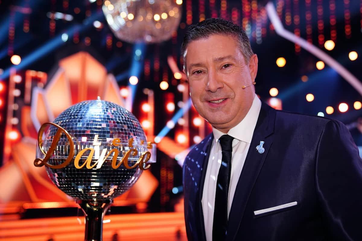 Joachim Llambi aus der Let's dance Jury mit dem Pokal für den Sieger der Show