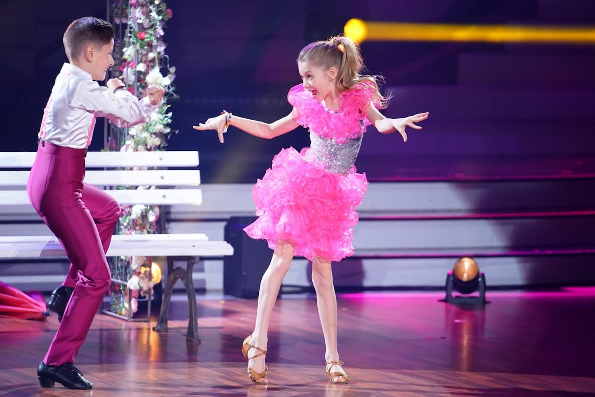 Jona Szewczenko und ihr Tanzpartner Tizio im Finale Let's dance Kids 2021