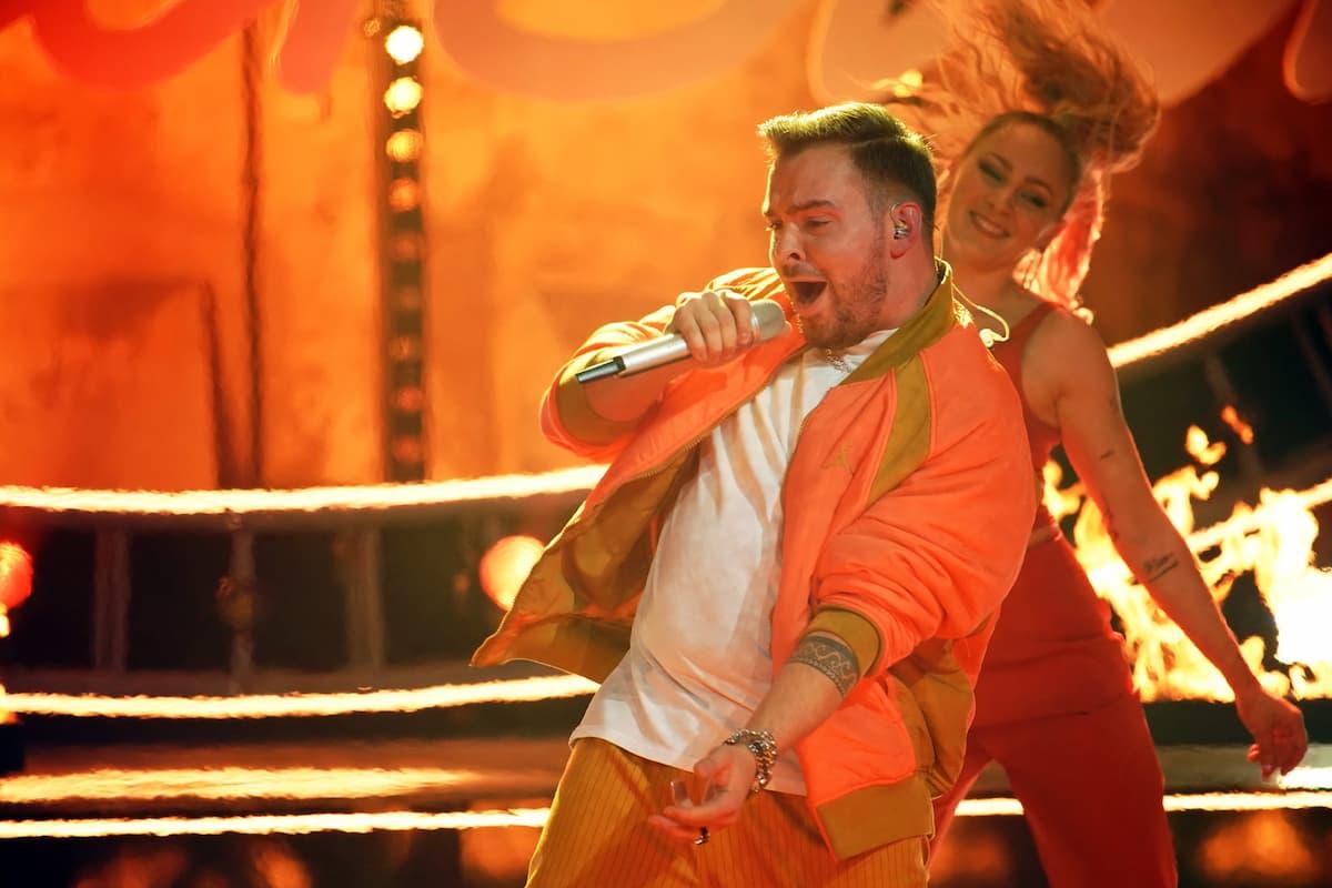 Kevin Jenewein mit einer Tänzerin im Finale DSDS 2021