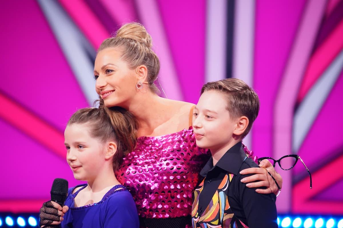 Let's dance Kids am 30.5.2021 Wer ist ausgeschieden im Halbfinale Folge 3, Fakten und Meinung - hier im Bild Zoe und Mischa mit Coach Regina Luca