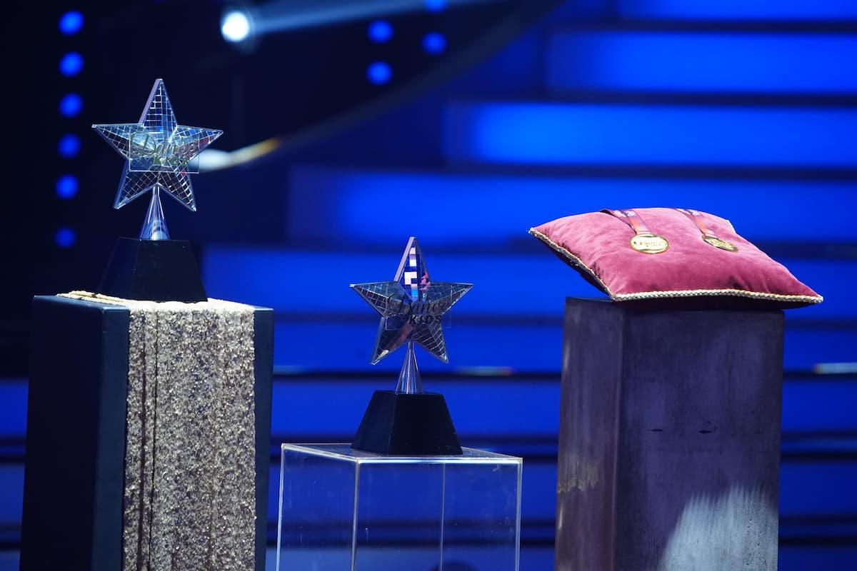 Pokale und Medaillen Let's dance Kids 2021 für die Finalisten
