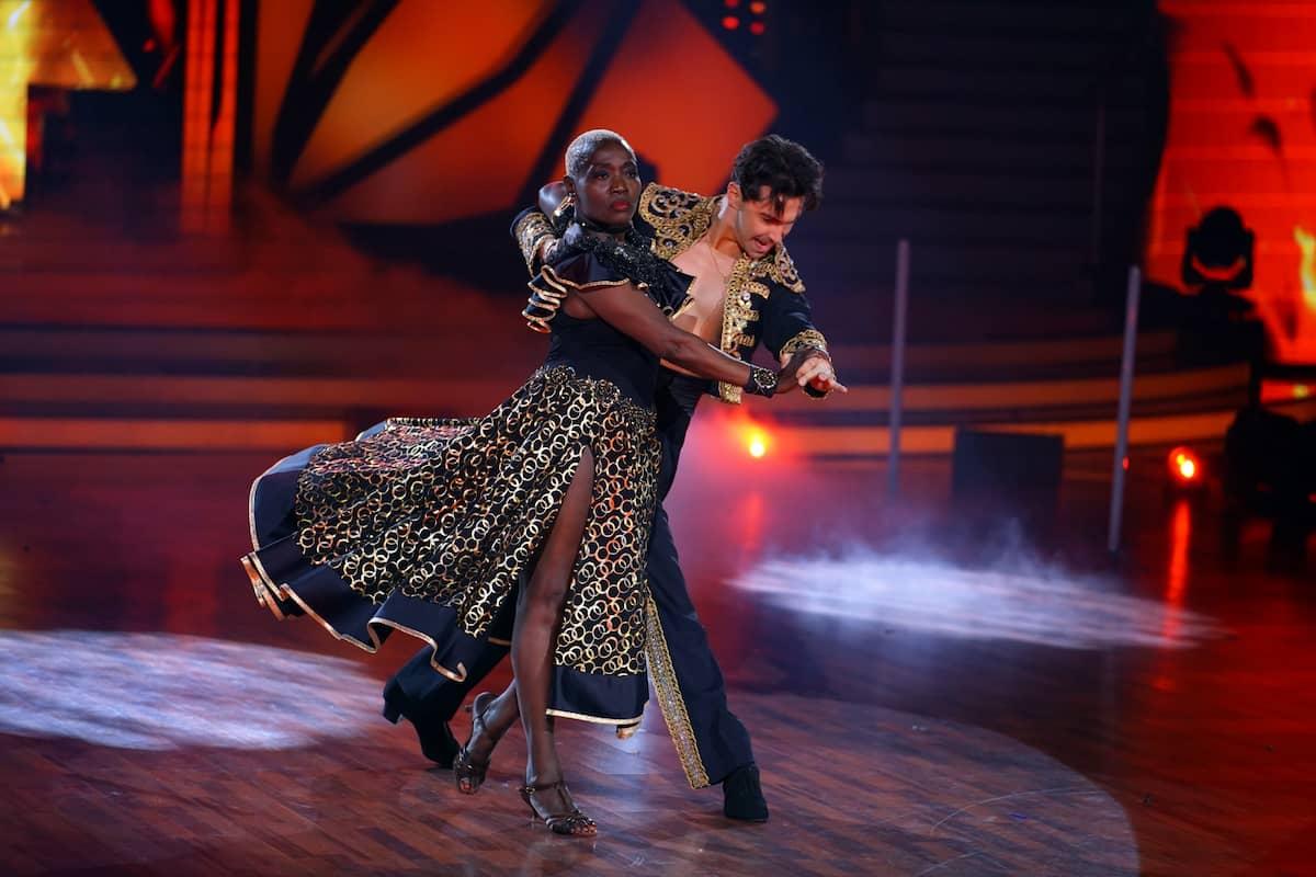 Auma Obama und Andrzej Cibis beim Paso doble bei Let's dance am 30.4.2021
