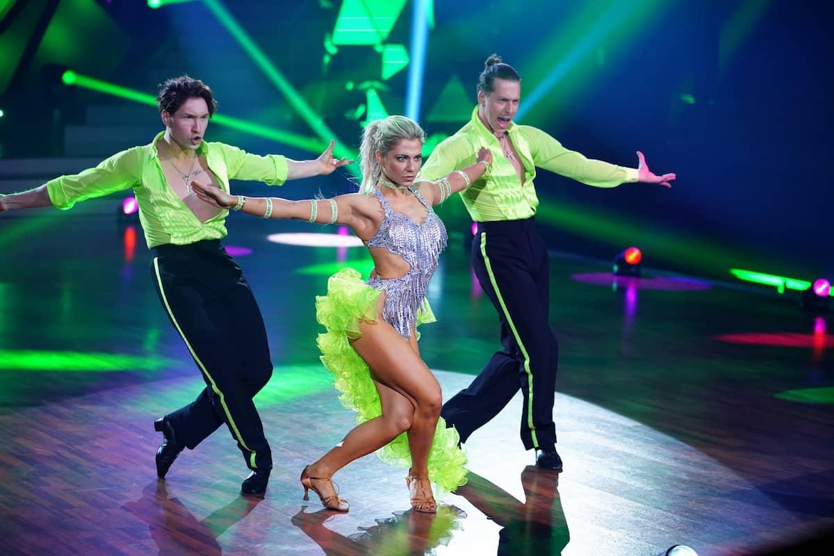 Evgeny Vinokurov, Valentina Pahde und Valentin Lusin bei ihrer Sambe Let's dance am 14.5.2021