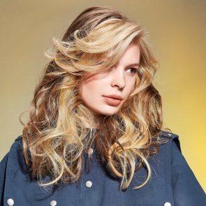 Frisuren Sommer 2021 - Frisurentrends 2021 - hier lange Haare mit Locken