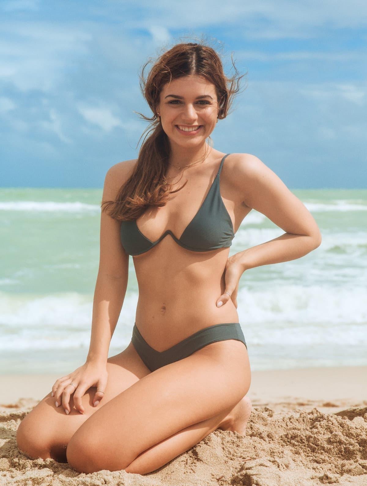 Maxime Herbord im Bikini am Strand vor 3 Jahren als Kandidatin
