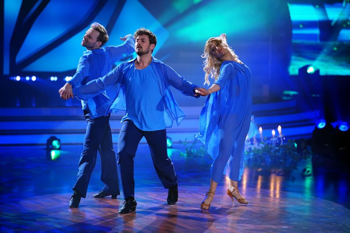 Nicolas Puschmann mit Vadim Garbuzov und Kathrin Menzinger im Trio-Tanz bei Let's dance am 14.5.2021