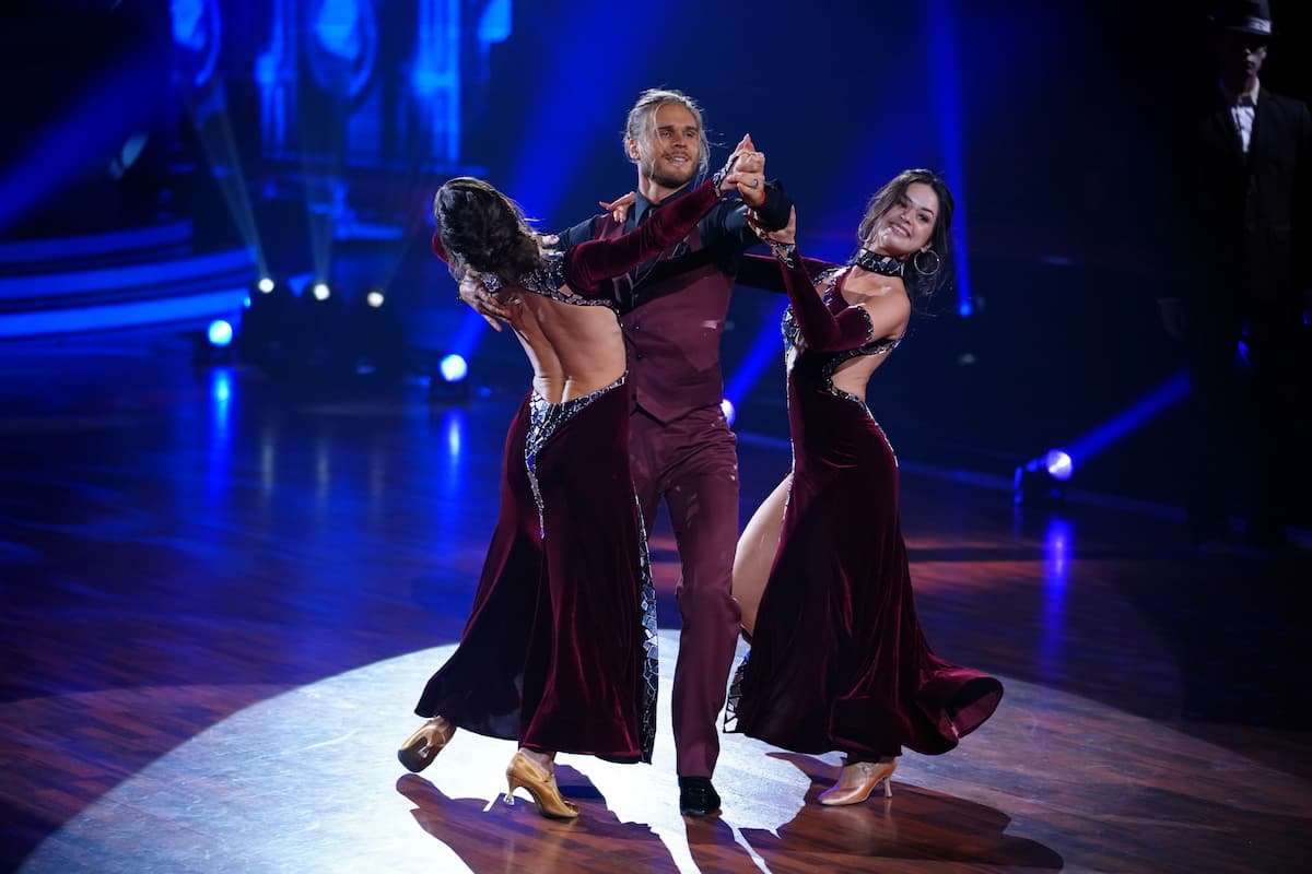 Renata Lusin, Rurik Gislason und Malika Dzumaev beim Trio-Tanz Let's dance am 14.5.2021