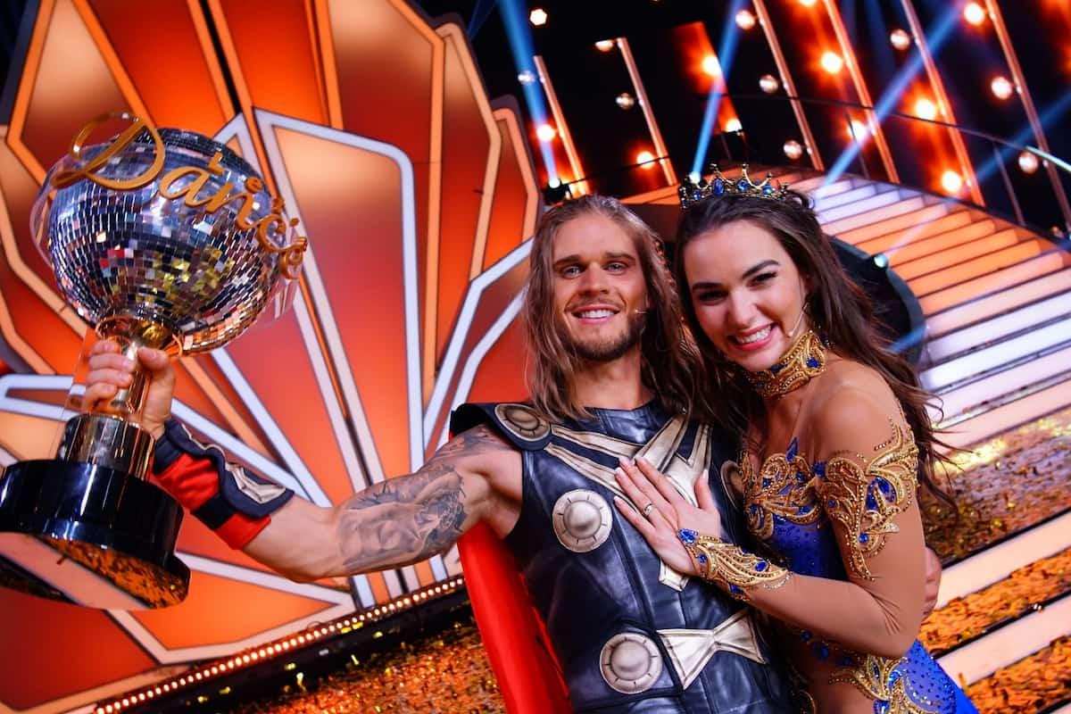 Sieger Let's dance 2021 Rurik Gislason und Renata Lusin mit dem Sieger-Pokal